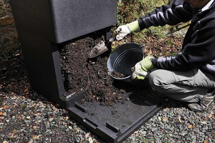 Compostaggio domestico con compostiera da giardino