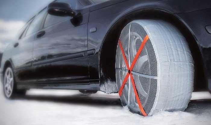 Calze da neve su auto sportiva
