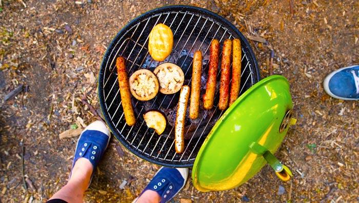 Barbecue a carbone con coperchio